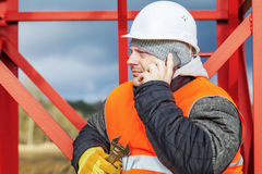 Pracownik z telefonem komórkowym blisko metal struktur obraz stock