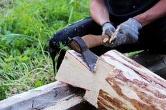 Pracownik zbiera drewnianą ramę z pomocą hacket podczas budowy dom Obraz Stock