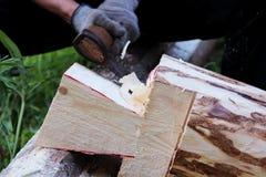 Pracownik zbiera drewnianą ramę z pomocą hacket podczas budowy dom Obraz Royalty Free