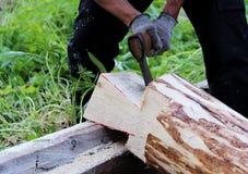 Pracownik zbiera drewnianą ramę z pomocą hacket podczas budowy dom Fotografia Stock