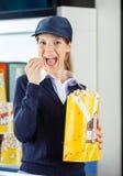 Pracownika łasowania popkorn Przy Kinowym koncesja stojakiem zdjęcie royalty free