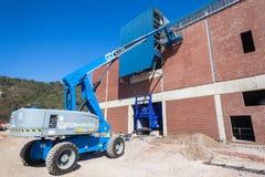 Pracownika żurawia dachu budowy budynek Fotografia Royalty Free
