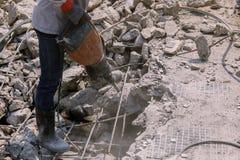 Pracownika budowlanego elektrycznego świderu musztrowania beton mlejący wewnątrz Zdjęcie Royalty Free