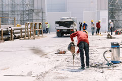 Pracownika budowlanego elektrycznego świderu musztrowania beton mlejący wewnątrz Fotografia Royalty Free