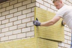 Pracownika budowlanego izolowania domu fasada z kopaliną wo zdjęcia stock