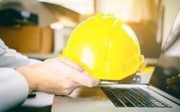 Pracownika budowlanego mienia budowy Żółty hełm Zdjęcia Royalty Free