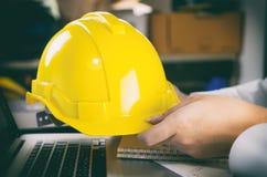 Pracownika budowlanego mienia budowy Żółty hełm Obrazy Stock