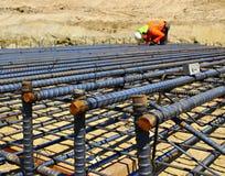 Pracownika budowlanego położenia rebar Fotografia Stock