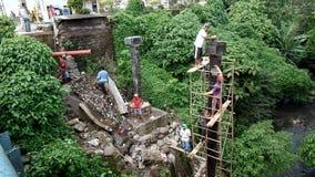 Pracownika budowlanego podrzucenia wiadro mokry cement inny pracownik above zbiory wideo