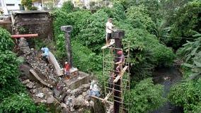 Pracownika budowlanego podrzucenia wiadro mokry cement inny pracownik above zdjęcie wideo