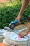 Pracownika budowlanego ` s wręcza tnącą aluminium ramę z kąta ostrzarzem Fotografia Stock