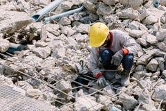 Pracownika budowlanego utrzymania betonu gruzy opuszcza w budowie Obraz Royalty Free