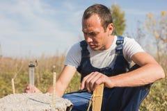 Pracownika budowniczy w kombinezonie pracuje outdoors, portret obrazy royalty free