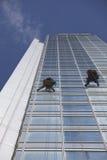 Pracownika cleaning okno na wzroscie Zdjęcia Royalty Free