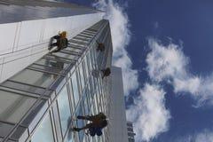 Pracownika cleaning okno na wzroscie Zdjęcie Stock