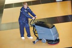 Pracownika cleaning podłoga z maszyną Obraz Stock
