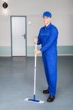 Pracownika cleaning podłoga Obrazy Stock