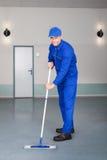 Pracownika cleaning podłoga Obrazy Royalty Free