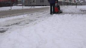 Pracownika czysty śnieżny chodniczek w mieście 4K zbiory wideo