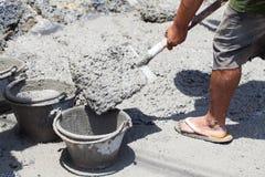 Pracownika dolewania beton formwork budowa fotografia stock