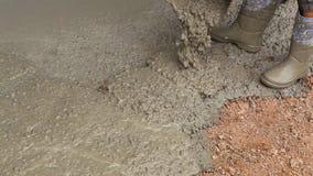 Pracownika dolewania cement podczas chodniczka zbiory