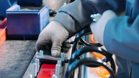 Pracownika fabrycznego kładzenia metalu ochraniacze na ryglu Ręczna praca w zgromadzenie sklepie roślina zdjęcie wideo