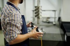 Pracownika Fabrycznego mienia pulpitu operatora zbliżenie fotografia stock