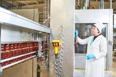 Pracownika fabrycznego operacyjny konwejer z plastikowymi butelkami zdjęcia stock