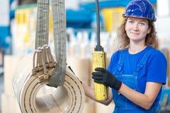Pracownika fabrycznego poruszającego wysokiego woltażu transformatorowa zwitka z kętnara żurawiem Fotografia Stock