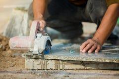 Pracownika granitu tnący kamień z diamentowy elektrycznym zobaczył ostrze i używa wodę zapobiegać pył i ogrzewać fotografia royalty free