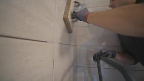 Pracownika kładzenia fuga na ścianie w kuchni Dachówkowy grouting zbiory wideo