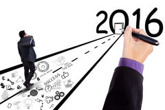 Pracownika kroczenie w kierunku liczb 2016 Obraz Stock
