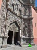 Pracownika mężczyzna Cleaning punktu zwrotnego Historyczny meksykanin Rzeźbił szarość Kamiennego Katolickiego Katedralnego budyne Obraz Royalty Free
