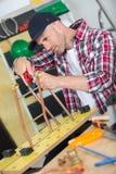 Pracownika mężczyzna metalu tnące drymby Zdjęcie Royalty Free