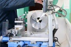 Pracownika męskie pracy na wielkim metalu odprasowywają locksmith tokarkę, wyposażenie dla napraw, metal praca w warsztacie przy  obrazy stock