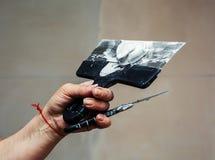 Pracownika manuał z ściennym gipsowań narzędzi inside dom Obrazy Stock