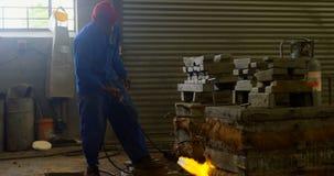 Pracownika metalu grzejna foremka z cios pochodnią w formiernia warsztacie 4k zdjęcie wideo