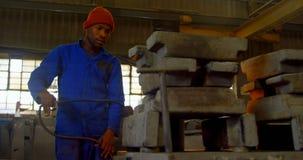 Pracownika metalu grzejna foremka z cios pochodni? w formiernia warsztacie 4k zdjęcie wideo