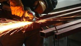 Pracownika metalu szlifierska budowa z kółkowym saw zbiory