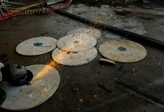 Pracownika metalu tnący talerz Zdjęcia Royalty Free
