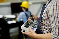 Pracownika mienia maszyny kontroler obraz stock