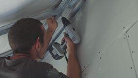Pracownika montażu metalu budowa dla drywall w niedawno budującym domu zdjęcie wideo