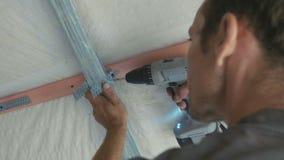 Pracownika montażu metalu budowa dla drywall w niedawno budującym domu zbiory