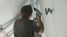 Pracownika montażu metalu budowa dla drywall w niedawno budującym domu zbiory wideo