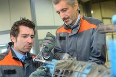 Pracownika naprawiania ciężkiego metalu część Zdjęcie Stock