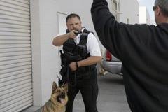 Pracownika Ochrony celowania pistolet Przy włamywaczem zdjęcia stock