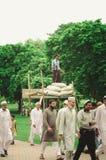 Pracownika ochrony dopatrywania adoratorzy iść meczet Zdjęcia Stock