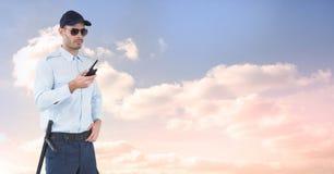 Pracownika ochrony mienia radio przeciw niebu Fotografia Stock