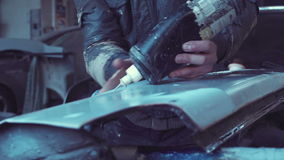 Pracownika panelu bicie w auto naprawy garażu zbiory wideo