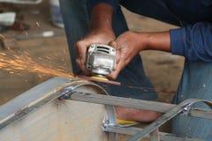 Pracownika piłowania metal z ostrzarzem, pracownik spawa stal, wersja 22 Fotografia Stock